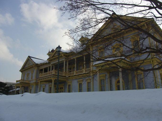 雪に埋もれる冬の旧函館区公会堂