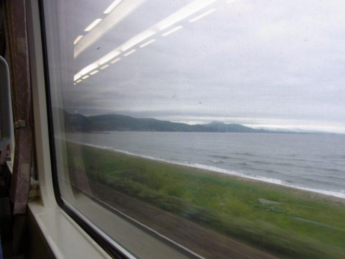噴火湾沿いを疾走する特急スーパー北斗