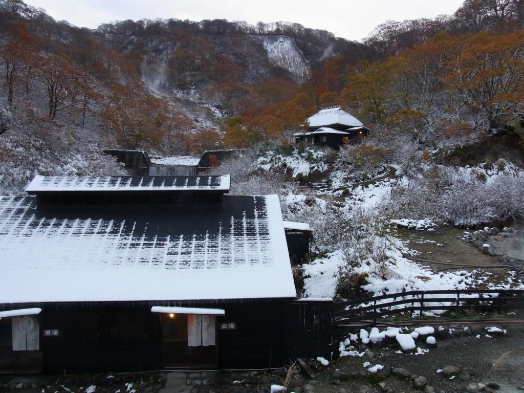 雪と紅葉に彩られた黒湯温泉での目覚め