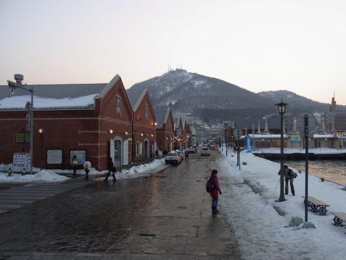 冬の夕方函館山と金森倉庫群
