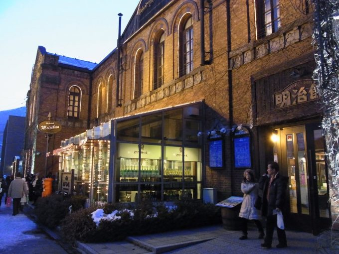 夕暮れ時の旧函館郵便局はこだて明治館