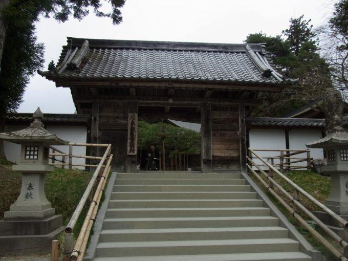 急な月見坂を登り中尊寺本堂に到着