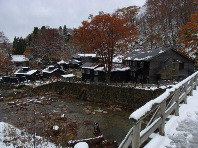 雪と紅葉に彩られた孫六温泉