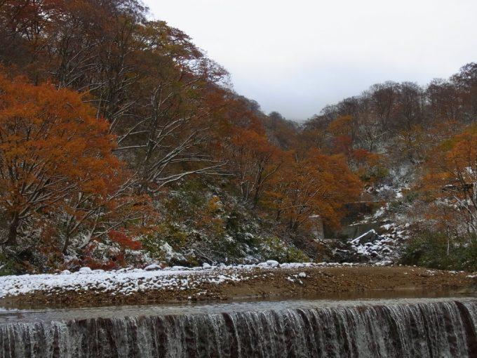 雪と紅葉の先達川