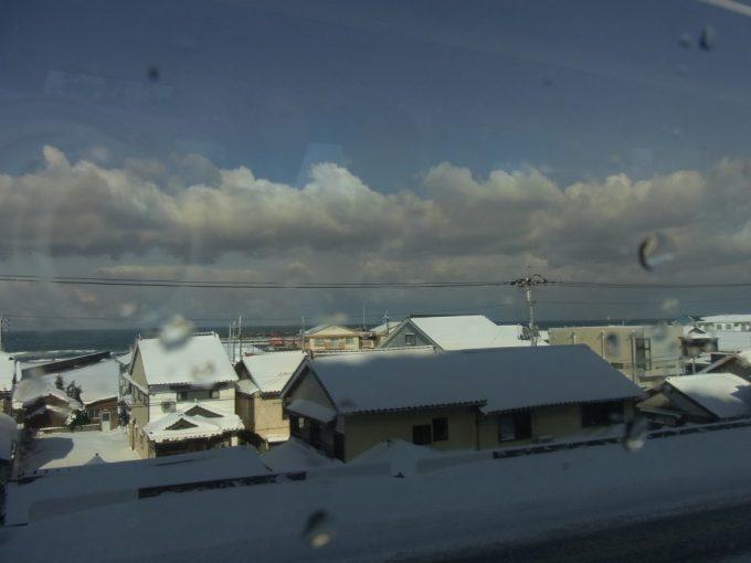 山陰の家並みと冬の日本海