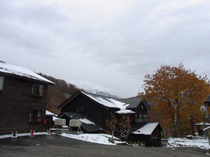 雪と紅葉の大釜温泉