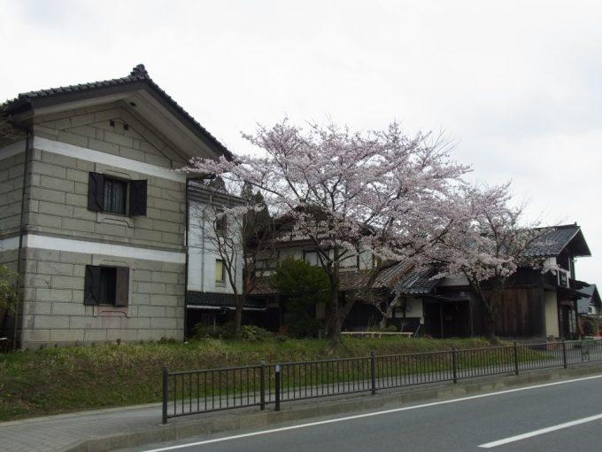 奥州街道平泉国道4号線桜と蔵