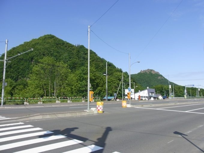 初夏の青空札幌小金湯温泉バス停