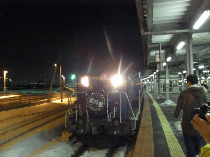 冬の函館駅に入線するDD51重連寝台特急北斗星