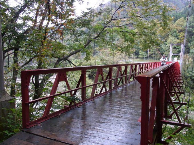 赤いトラスが印象的な抱返り渓谷神の岩橋