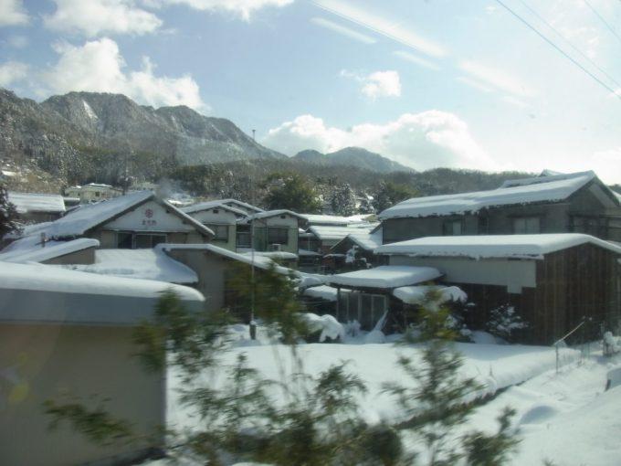 雪の積もる山陰の家並み