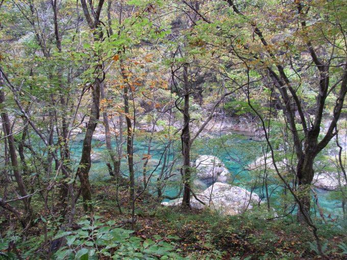 抱返り渓谷の妖しく青い水