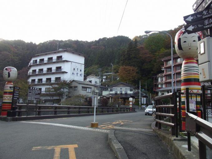 福島土湯温泉大きなこけしが目印の橋