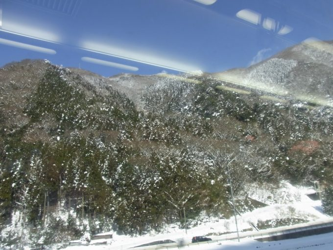 冬の山陰青空と雪