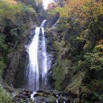 秋の紅葉に彩られた抱返り渓谷みかえりの滝