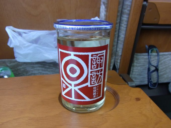 智頭急行特急スーパーはくと車内で諏訪泉特別純米酒ワンカップ