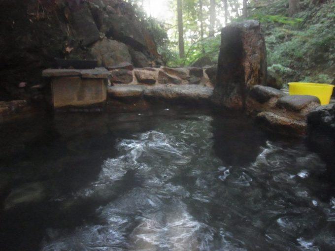 不動湯温泉静かに浸かる谷底の露天風呂