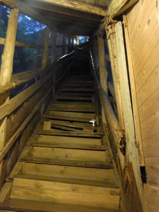 不動湯温泉湯浴みの後の急階段