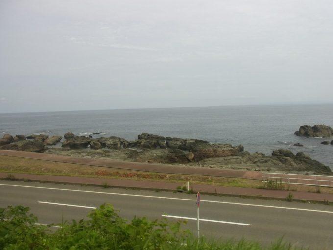 リゾートしらかみの車窓を彩る夏の海