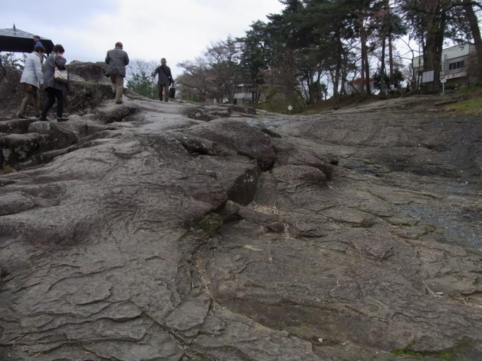 天然記念物厳美渓足元は滑りやすい岩場