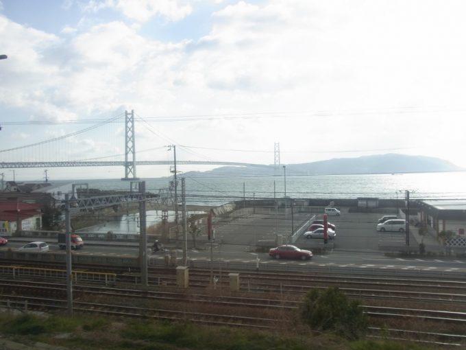 特急スーパーはくと車窓より明石海峡大橋と淡路島を望む