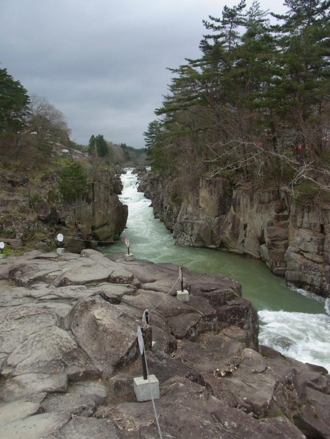 天然記念物厳美渓岩場の先端からのダイナミックな眺め