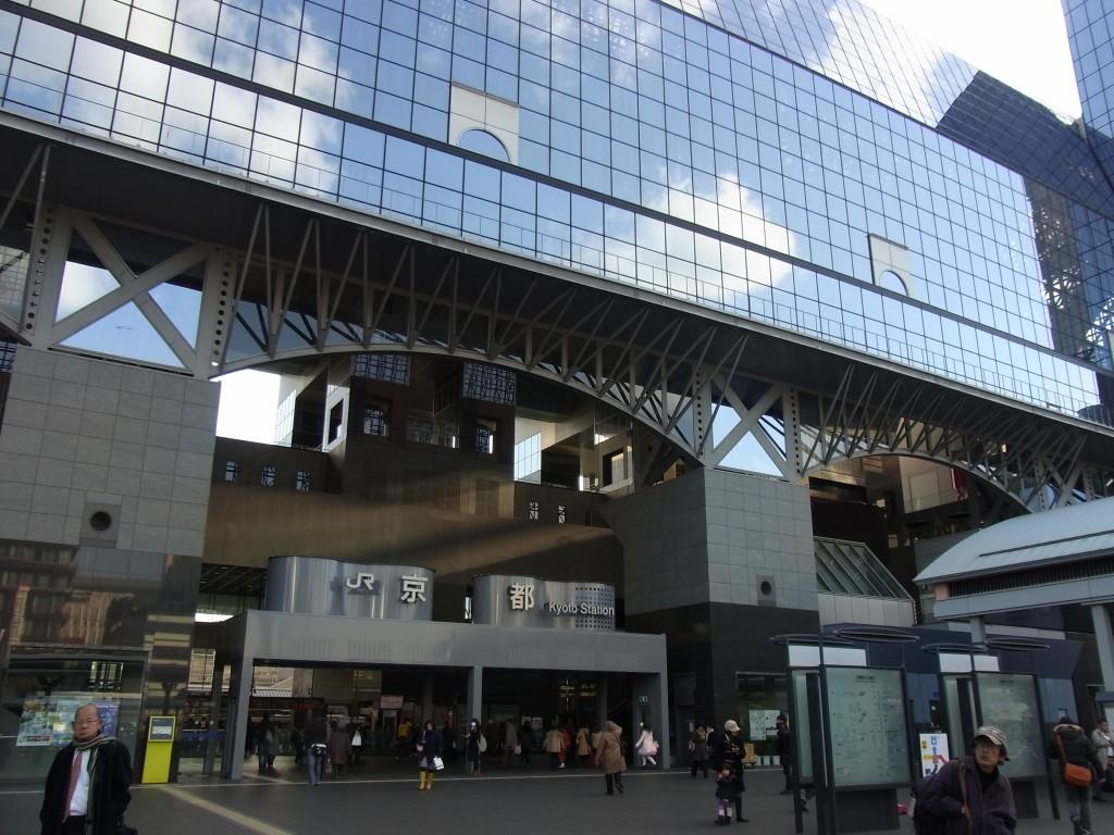冬晴れを映す京都駅