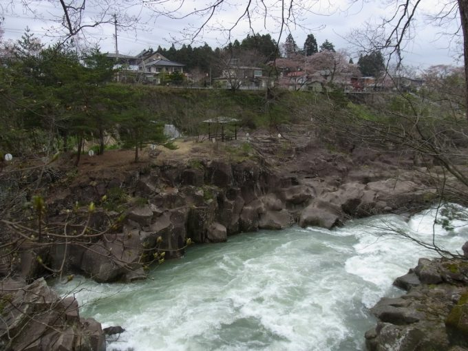 天然記念物厳美渓急流に寄り添う遊歩道