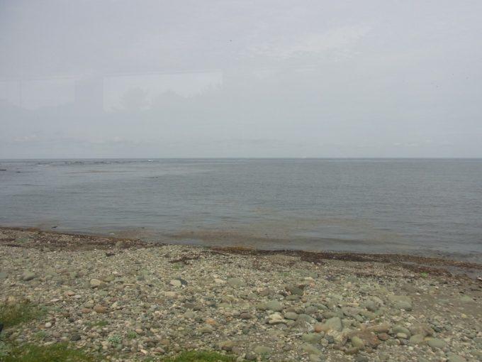 海岸線間近を走る五能線リゾートしらかみ