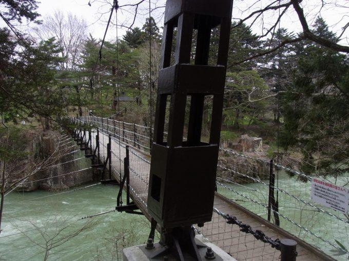 天然記念物厳美渓つり橋を渡り遊歩道は折り返し地点