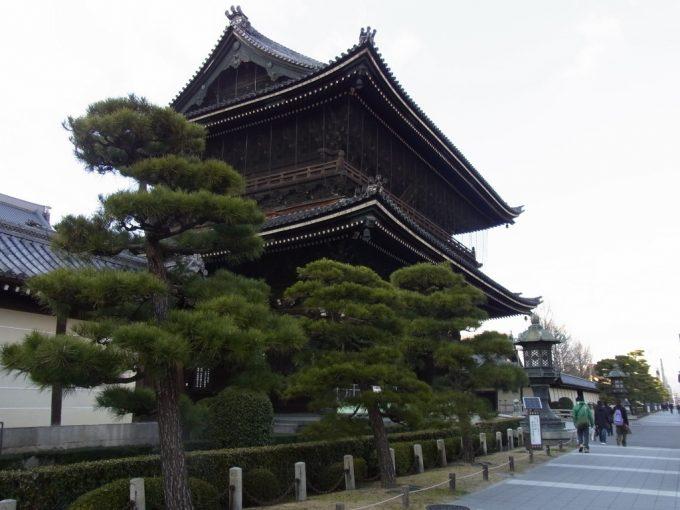京都烏丸通東本願寺の門