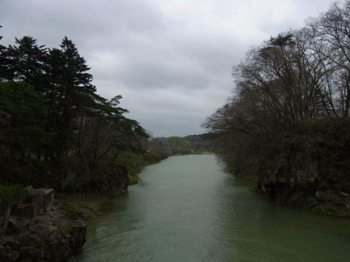 天然記念物厳美渓つり橋の下流は穏やかな流れ