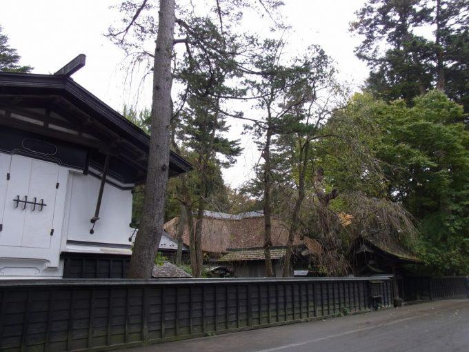 秋の角館土蔵と黒塀