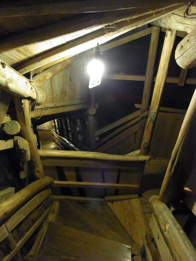 不動湯温泉夜の露天へと下りる木の階段