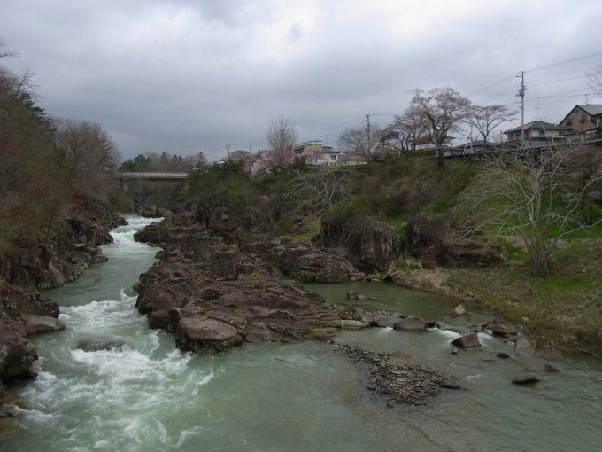 天然記念物厳美渓つり橋の上流は渓谷