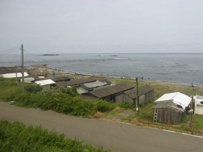 リゾートしらかみから眺める夏の漁村と日本海