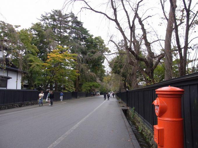 秋の角館モノトーンの武家屋敷を彩る赤いポスト