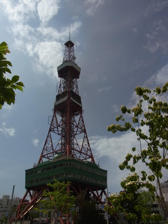初夏の空にそびえる札幌テレビ塔