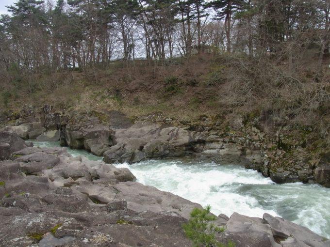 天然記念物厳美渓吸い込まれそうな流れ