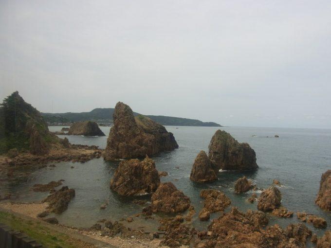 リゾートしらかみ夏の海と奇岩の眺め