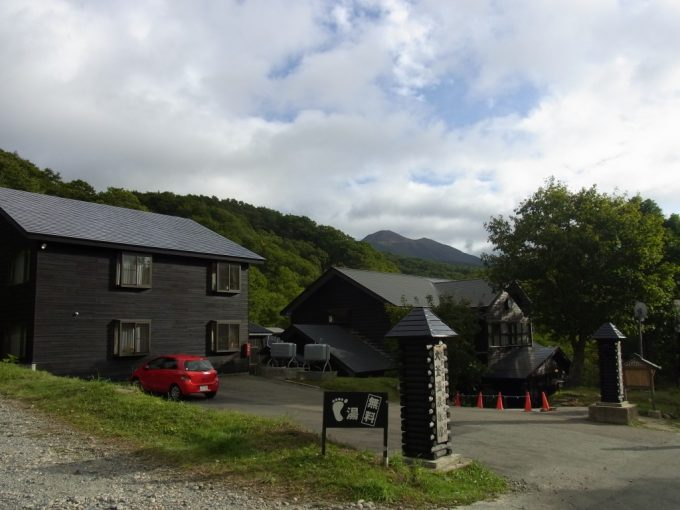 乳頭温泉バス停から望む駒ヶ岳