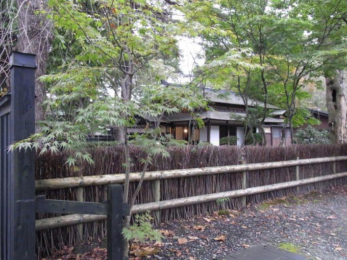 秋の角館武家屋敷垣根