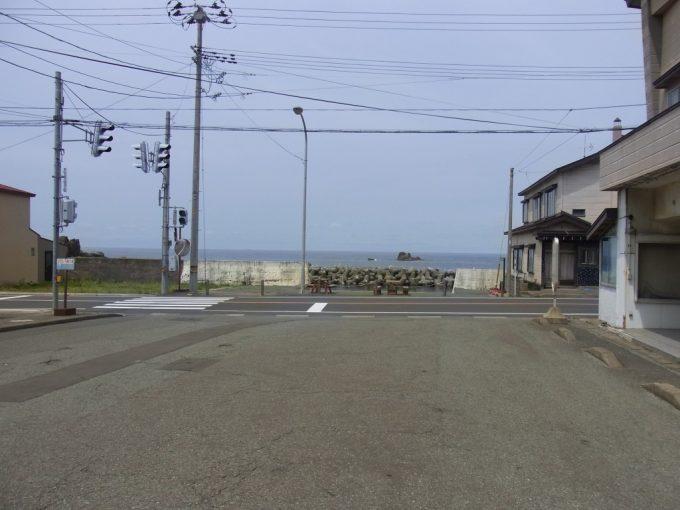 五能線深浦駅前から海を望む