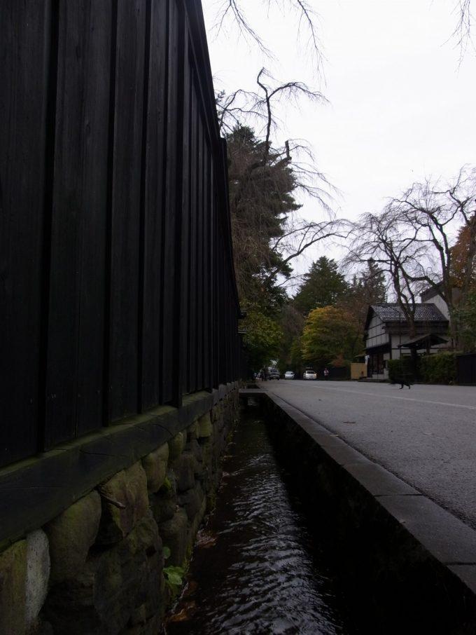 角館武家屋敷水路と黒塀