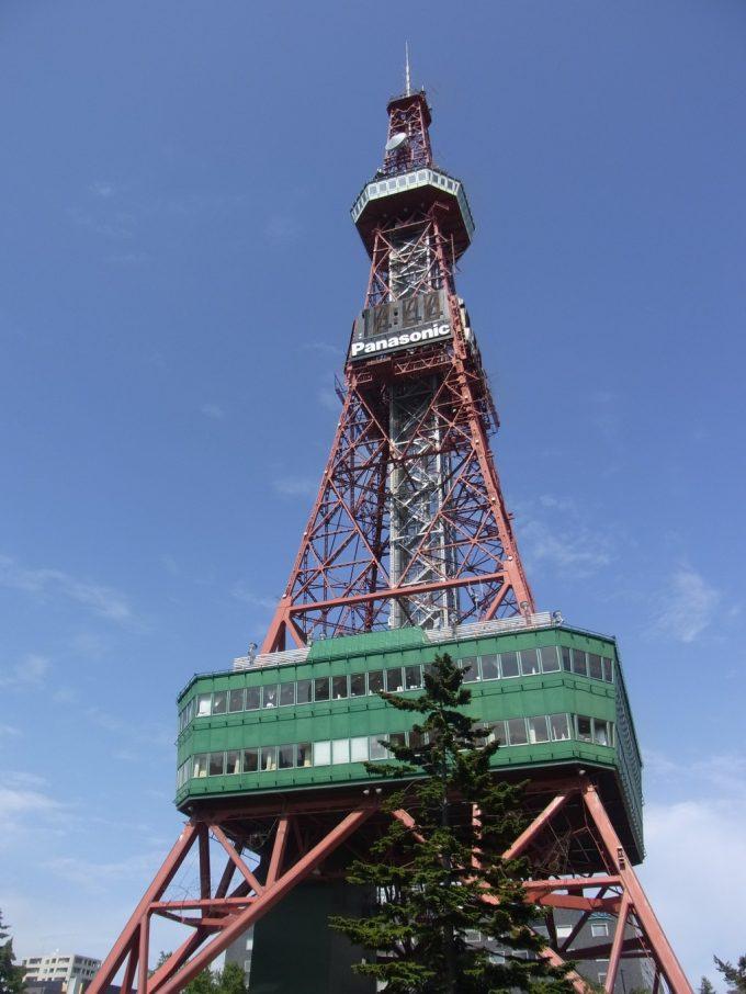 初夏の青空に映える札幌テレビ塔