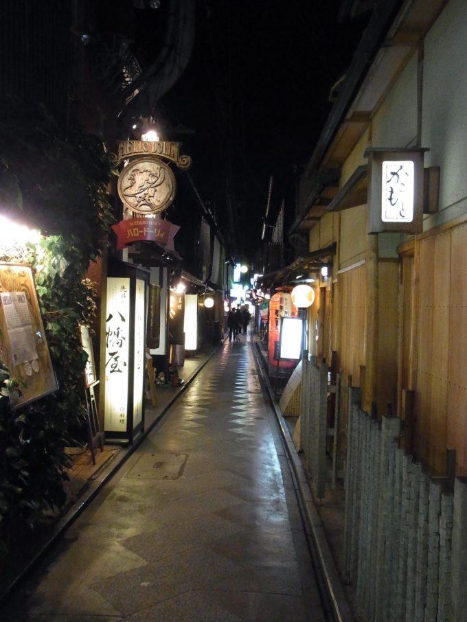 ほろ酔いで歩く夜の京都艶のある小路