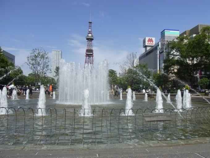 噴水がさわやかな初夏の大通公園