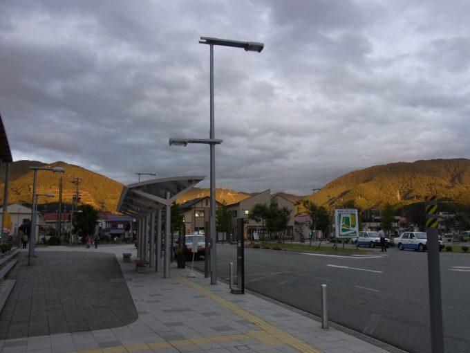秋の日に光り輝く秋田の山