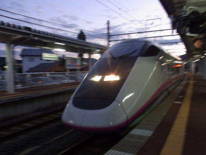 秋の夕暮れ田沢湖駅に入線するE3系こまち
