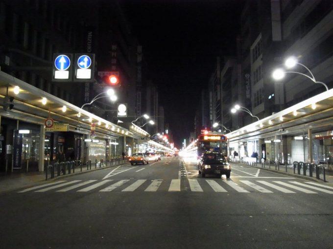 京都品のある繁華街夜の四条通